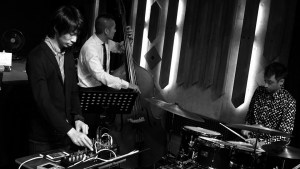 Dennis Frehse playing with two more musicians in a jazz club in Tokyo.