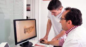 Laboratorio protésico dental Ledesma examinando un modelo digital.