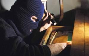 ladro, incappucciato, carabinieri