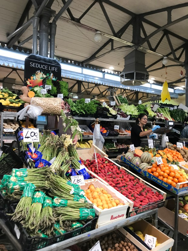 Mercato Albinelli is a grocery shopper's fantasy - rows of stalls hawking piles of picture-perfect produce, wheels of cheese and handmade pasta.