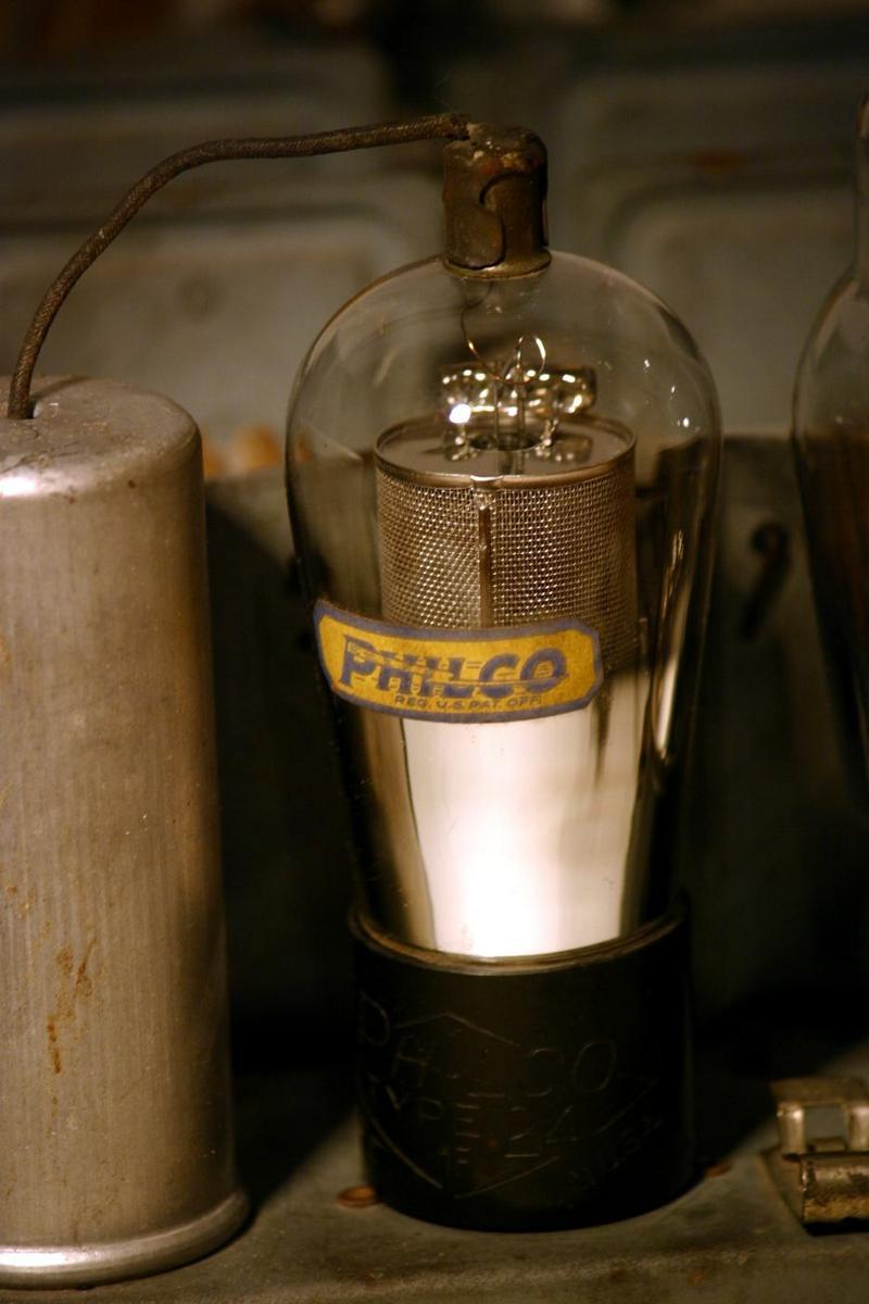 Radio Philco 70 - dettaglio valvola con etichetta Philco