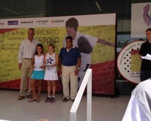 Ariadna y Sofia Recibiendo el Trofeo de Campeonas Benjamin 2012