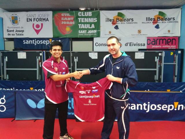 Presentación de Tapabrata Dey. A la derecha José Ramirez dándole la bienvenida.