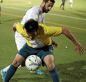 Dos futbolistas en acción durante un encuentro. 16-04-2017