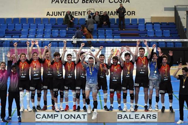 Equipo masculino Llevant Mobiliari CV Manacor levantando la copa del Campeonato de Balears