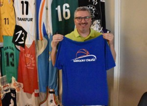 Tony Forteza posa con el polo del Bàsquet Calvià