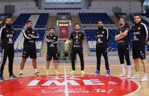 Varios jugadores del Palma Futsal posan en el centro de la pista de Son Moix antes del último entrenamiento de este viernes