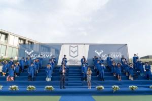Rafa Nadal y Ona Carbonell con los graduados