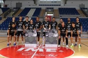 La plantilla del Palma Futsal posa con el cartel del I Memorial Miquel Jaume.jpg copia