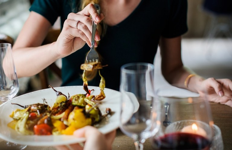 Cómo comer saludable durante tus viajes