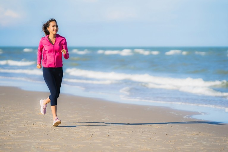 Beneficios de correr en la playa