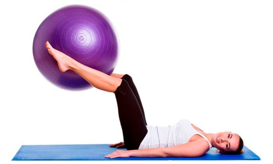 Ejercicio con pelota de pilates elevación pierna o tijera
