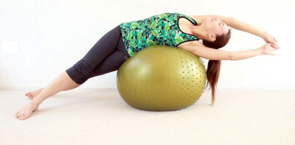 Realiza estiramientos con fitball después de entrenar