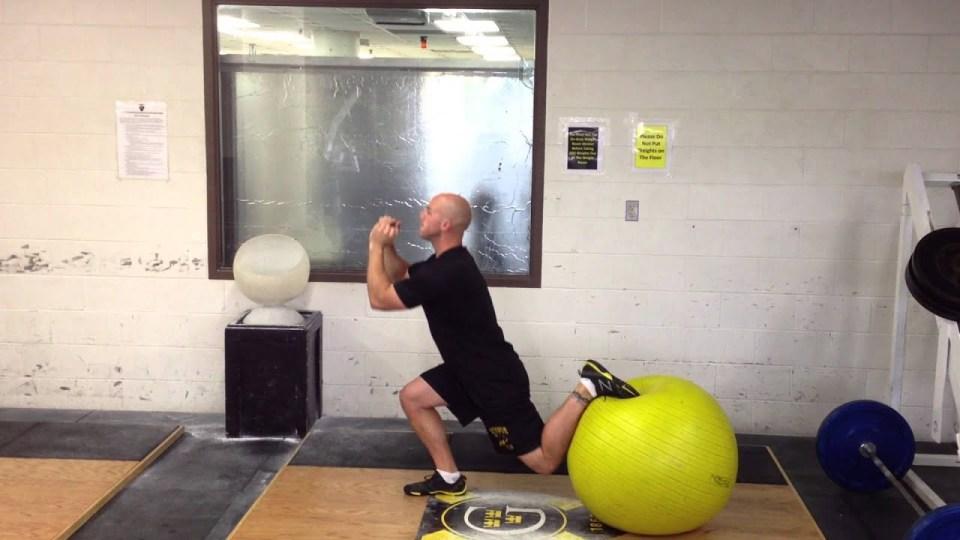 zancada, uno de los mejores ejercicios con fitball o pelota suiza que puedes hacer