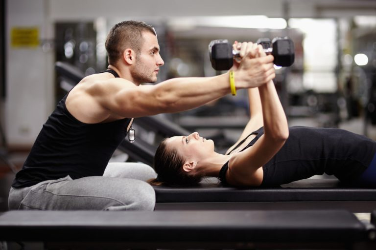 Entrenamiento con pesas para principiantes - apoyo de un entrenador
