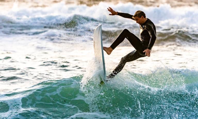 La tabla es uno de los elementos de un buen equipamiento para hacer surf