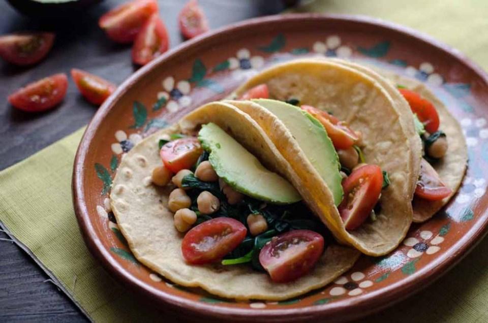 Receta vegana de tacos de garbanzo y espinacas,  uno de los mejores platos veganos altos en proteína