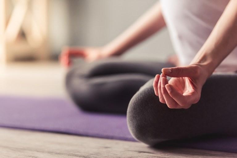 Posturas de yoga y la respiración mejoran algunas enfermedades cardíacas