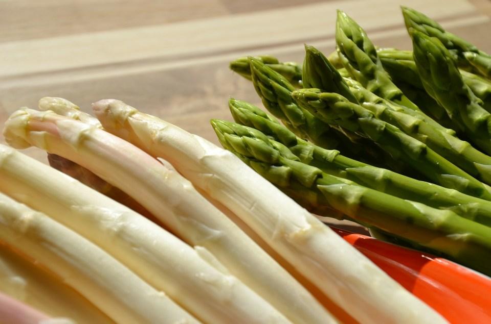 diferencia nutricional entre espárragos verdes y blancos