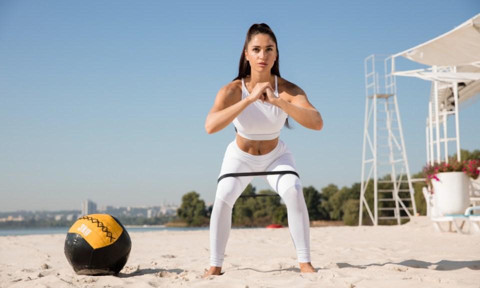 Sentadilla lateral: ejercicio con gomas para tonificar glúteos