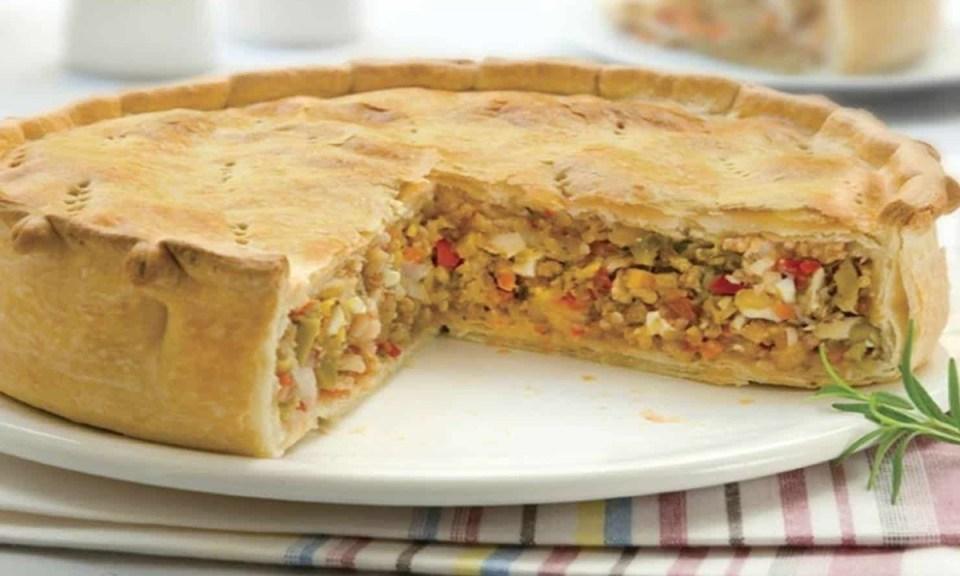 Pastel o tarta con vegetales y atún enlatado