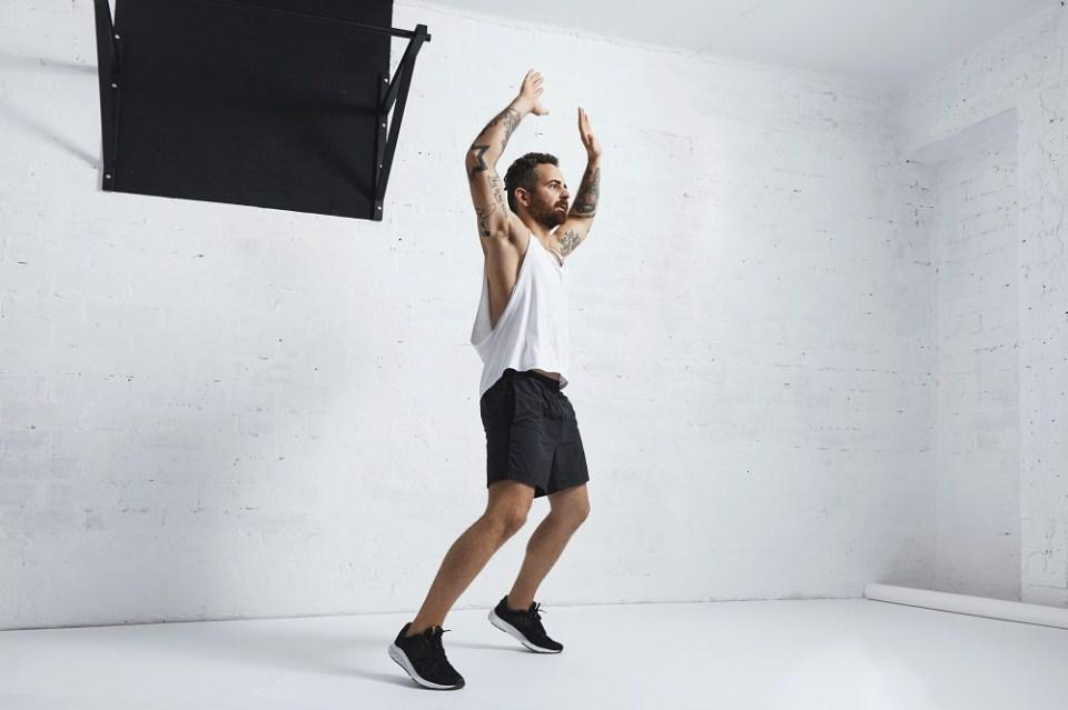 Los saltos de tijera son ideales para la rutina de 10 minutos para adelgazar