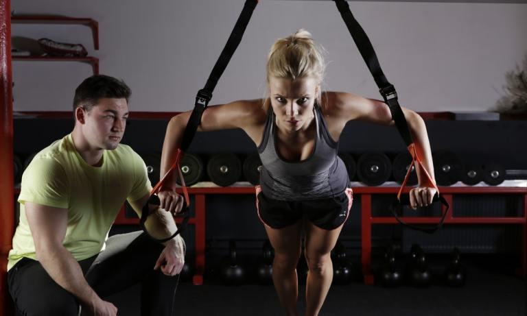 Atrévete con esta rutina con TRX para bíceps