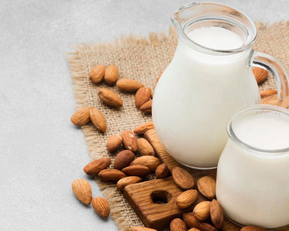 tomar leche de almendras