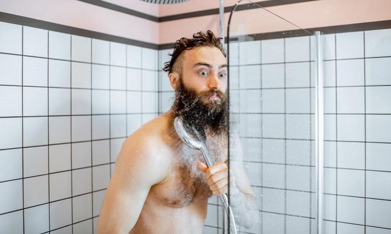 es bueno ducharse con agua fría