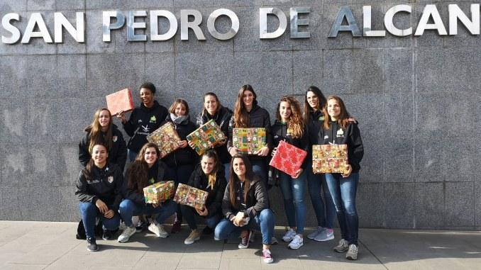 La plantilla del Nissan Al-Qázeres Extremadura visita la planta de Pediatría del Hospital San Pedro de Alcántara