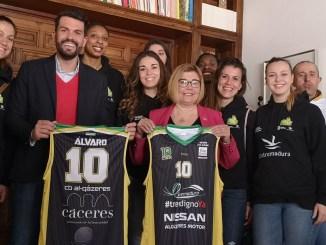 El Nissan Al-Qázeres Extremadura recibido por la presidenta de la Diputación de Cáceres, Doña Rosario Cordero