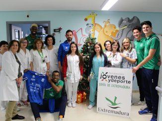 El equipo de voleibol Extremadura CCPH visita la planta de pediatría del Hospital San Pedro de Alcántara de Cáceres