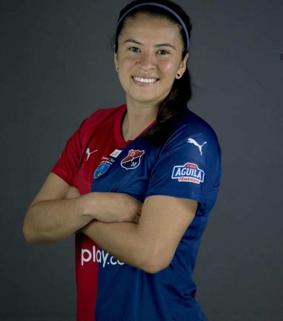 Laura Aguirre firma por el C.F Femenino Cáceres