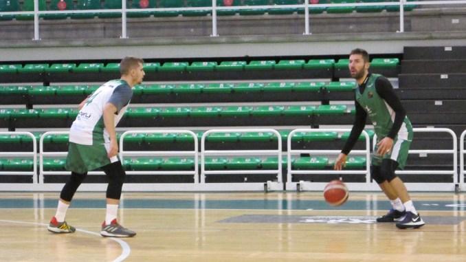 Fran Cárdenas (4) defiende a Jorge Sanz (6) durante el entrenamiento