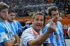 Eduardo Gallardo dando indicaciones, flanqueado por los hermanos Juan Pablo y Federico Fernández