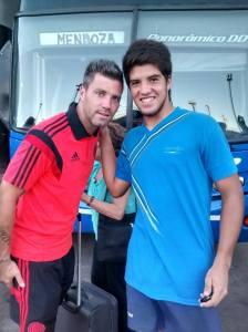 Bruno Nuñez con Julio Chiarini, uno de los arqueros del plantel profesional de River Plate