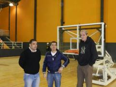Marcelo Surraco, José María Arrúa (funcionarios municipales), junto a Ernesto Gehrmann, en la recorrida del polideportivo capitalino (Foto El Territorio)