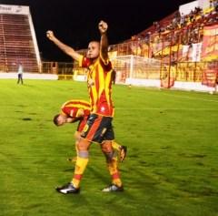 Julio Cáceres anotó un doblete y fue el artífice de la gran victoria de Sarmiento ante Chaco For Ever (Foto diario Chaco)