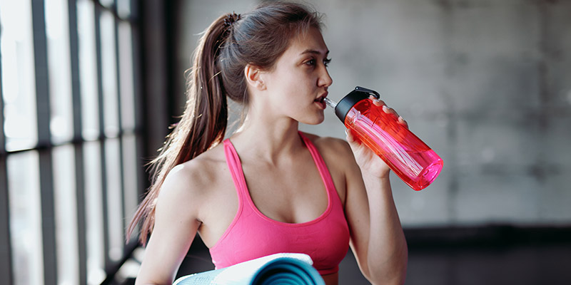 Ragazza che mentre pratica sport ha bisogno di acqua che contiene sali minerali
