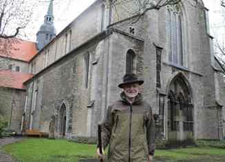 Pilgerbegleiter Dieter Prüschenk auf dem Braunschweiger Jakobsweg vor der Riddagshäuser Klosterkirche. Foto: Ralph-Herbert Meyer
