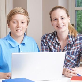 Helfen bei den Hausaufgaben