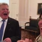 ドイツ大統領のヨアヒム・ガウクが中継中にカワイイいたずらを‼︎ チャーミングですね‼︎