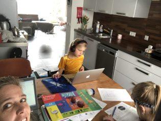 Juf Lianne is aan het werk samen met haar kinderen