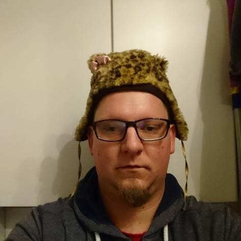 Meine Tochter ist der Meinung, dass ich ihre Mütze anziehen soll