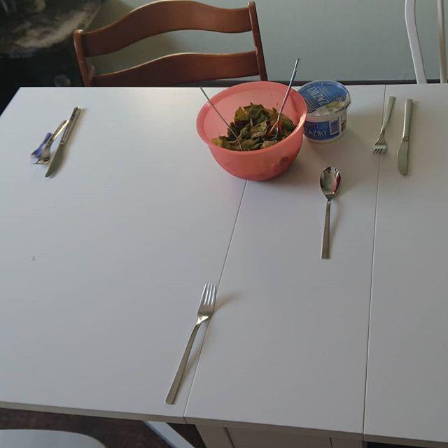 Die kleine hat den Tisch gedeckt und festgelegt das Papa kein Messer braucht
