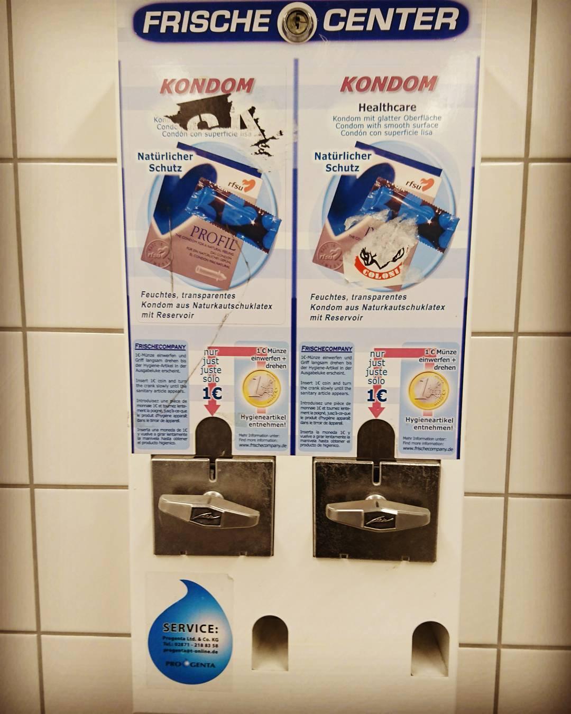 Warum ausgerechnet auf dem #Herrenklo vom #Ikea ein #Kondomautomat steht, erschließt sich mir gerade irgendwo nicht.