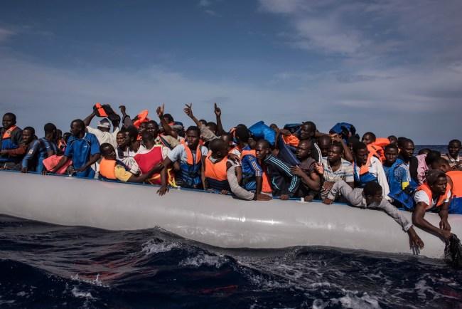 """Når antallet """"redningsbåter"""" i Middelhavet synker faller også tallet for forulykkete."""
