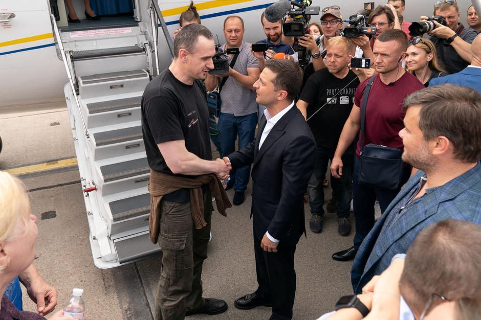 Russland og Ukraina utveksler fanger. Er det et tegn på at konflikten nedtrappes?
