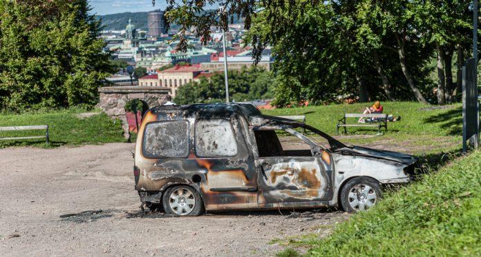 Bomber og bilbranner øker i Sverige. Ingen tør å skrive presis om hvem som står bak.
