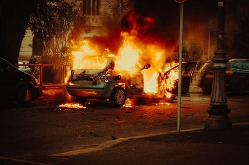 Hvor tør ingen å henge bjella på katta? Hvem er det som brenner bilene til folk i Oslo.